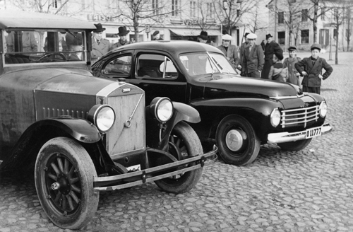 1948 - Volvo PV444 and PV4 on Stora Torget in Motala (digitaltmuseum.se - Tekniska museet)