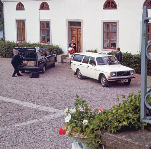 These two Volvo 145 Taxi's are standing at some West coast country house?