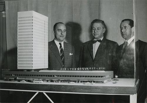 1955 - SAS Royal Hotel model presentation attended by Arne Jacobsen and Alberto Kappenberger